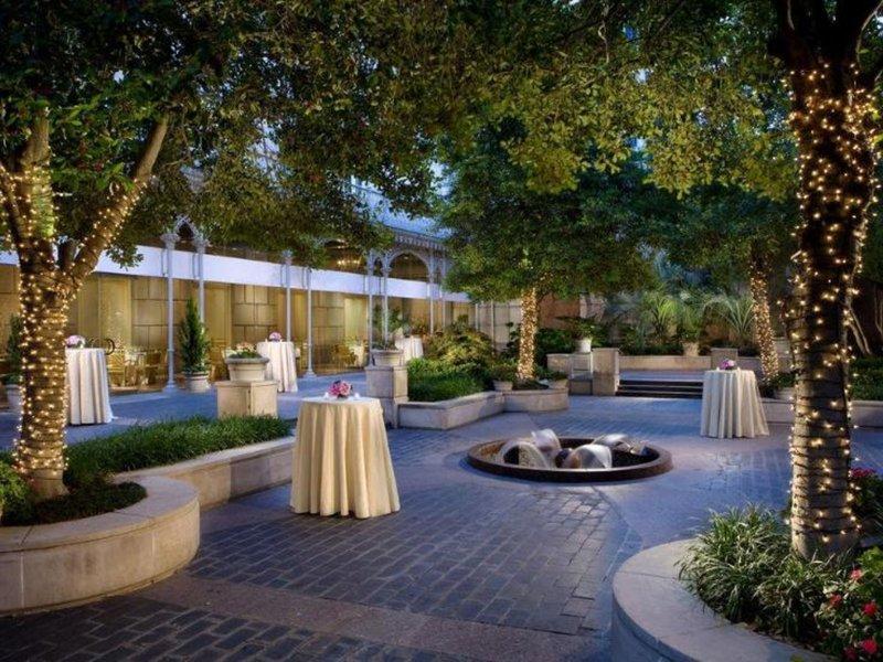 Crescent Court Garten