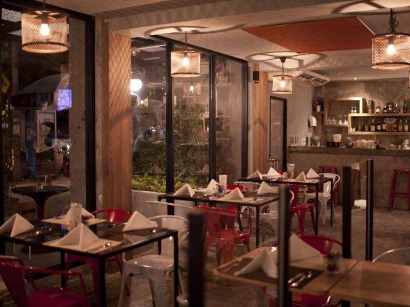 RetrOasis Hotel Restaurant